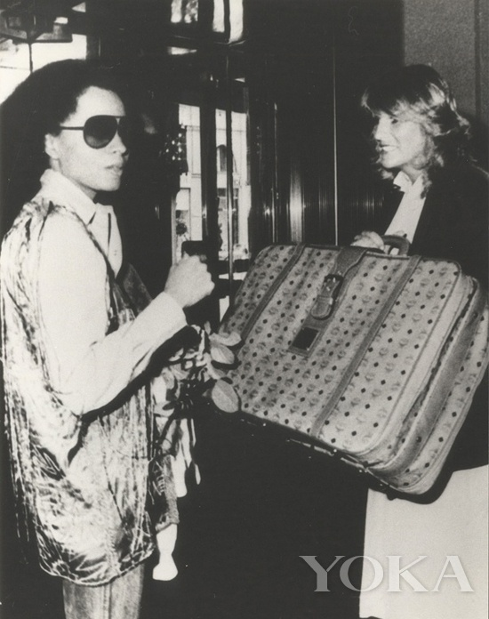 Diana Ross购买MCM旅行箱
