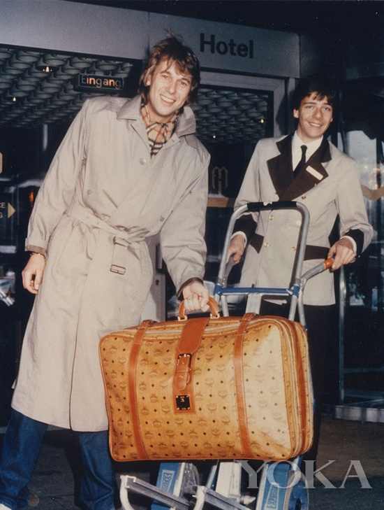 Roland Kaiser手中的MCM旅行箱