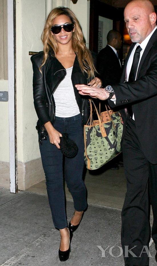 Beyoncé拎MCM涂鸦手袋出街