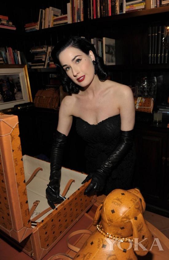 蒂塔·万提斯(Dita Von Teese)在MCM旅行箱上签名