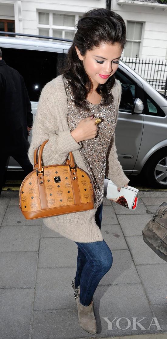 赛琳娜·戈麦斯(Selena Gomez)拎MCM小手袋